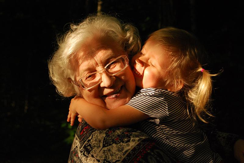 Vanha mummo ja pieni tyttö halaavat onnellisina, kuvaaja Ekaterina Shakharova, Unsplash.com